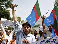 Aktivisté islámské strany Džamáat-e Islámí protestovali v Karáčí proti útoku amerického bezpilotního letadla v Pákistánu.