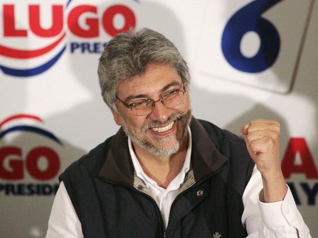 Radující se vítěz paraguayských prezidentských voleb Fernando Lugo.