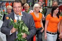 Jiří Paroubek rozdával v centru Brna růže lidem