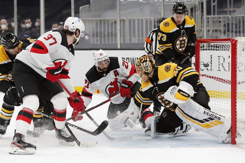 Pavel Zacha (vlevo) číhá před brankou Boston Bruins