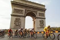 Cyklisté na Tour de France projížděli během poslední etapy 20. září 2020 kolem Vítězného oblouku v Paříži. Ve žlutém trikotu Slovinec Tadej Pogačar.