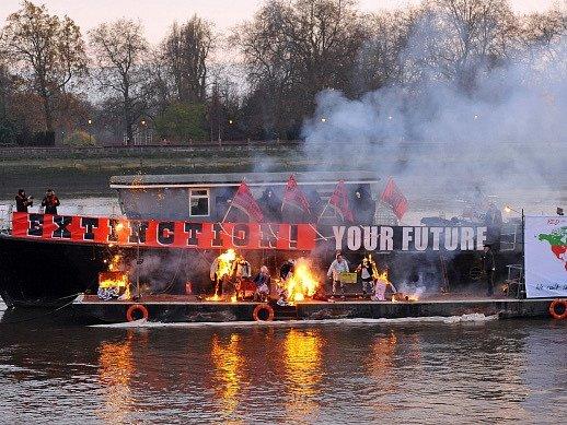 Potomek punkových legend spálil v Londýně sbírku memorabilií