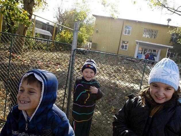 Děti před jednou ze škol v Bukurešti, zavřenou kvůli nákaze prasečí chřipkou.