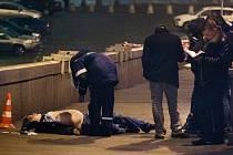 Ruská policie zatím neurčila hlavní verzi vyšetřování páteční vraždy opozičního politika Borise Němcova, otevřenou otázkou zůstává motiv.