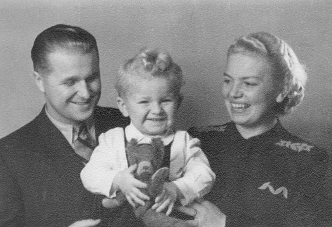 S matkou Marií a otcem Josefem v Praze v roce 1942.