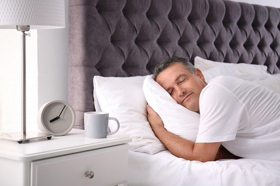 Udržujte si rytmus času. Choďte včas spát. Spěte dlouho a dosyta (pokud máte home office), ale vstávejte rozumně.