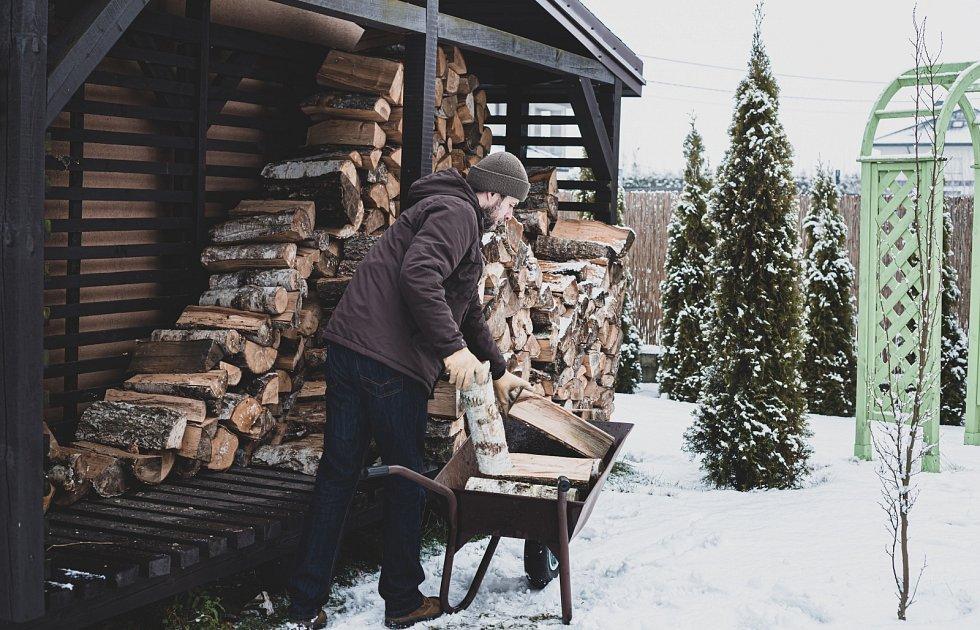 Dřevo zčerstvě poražených stromů se štípe mnohem lépe než proschlé, takže se zpracováním neotálejte. Spostupným vysycháním přichází i vyšší tvrdost a při pozdějším řezání nebo štípání zbytečně vydáte spoustu energie.