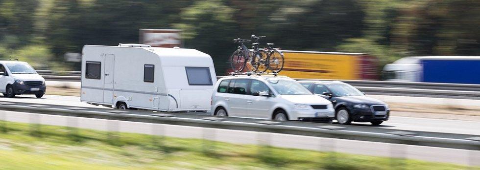 K obytnému přívěsu ovšem potřebujete odpovídající tažné vozidlo. S karavanem lze cestovat rychlostí až 120 km/h, ale doporučená rychlost je nižší, kolem 100 km/h. I s ohledem na spotřebu.