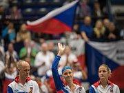 Část fedcupového týmu (zleva) kapitán Petra Pála, Petra Kvitová a Karolína Plíšková před nedělními zápasy semifinále proti Francii.