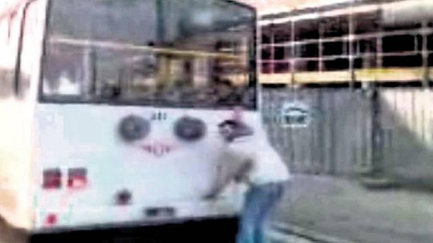 Adrenalin. Pro bruslaře za pardubickým trolejbusem zábava, řidič však může dostat velkou pokutu.