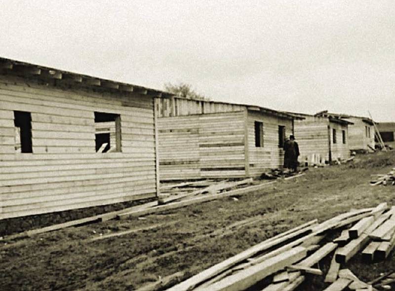 Výstavba ubytovacího tábora pro dělníky na stavbě dálnice u Lokte. Stavební firmy připravily ubytování pro 600 dělníků potřebných i přes masivní nasazení techniky na pětikilometrový úsek dálnice