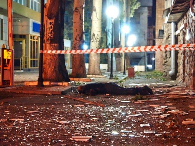 Při ostřelování poblíž kanceláře Mezinárodního výboru Červeného kříže v Doněcku byl zabit člen místního oddělení Červeného kříže.