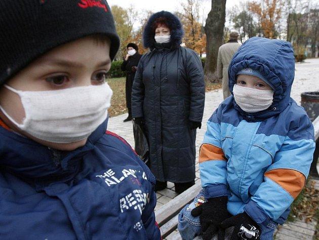 Děti s ochrannými rouškami v kyjevském parku.