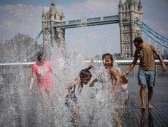 Lidé se v posledních parných dnech snaží ochladit, jak jen mohou. A to i v jindy deštivém Londýně.
