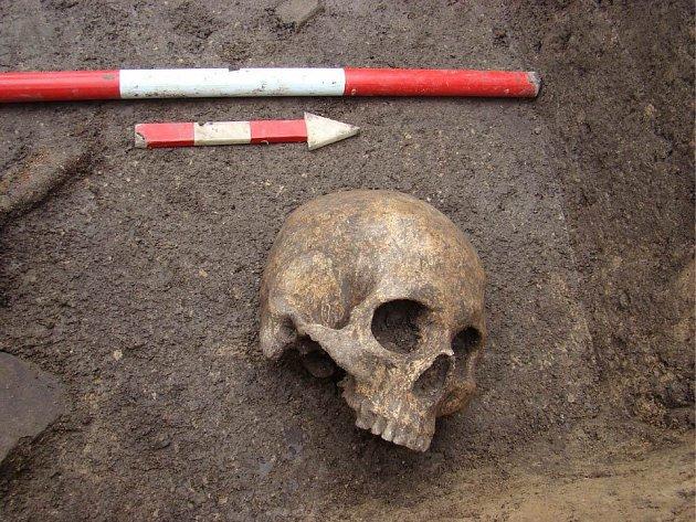 Lidská lebka bez spodní čelisti v sídlištní jámě pozdní doby bronzové