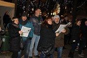 Ke zpívání koled se v Karlových Varech sešlo kolem stovky lidí.