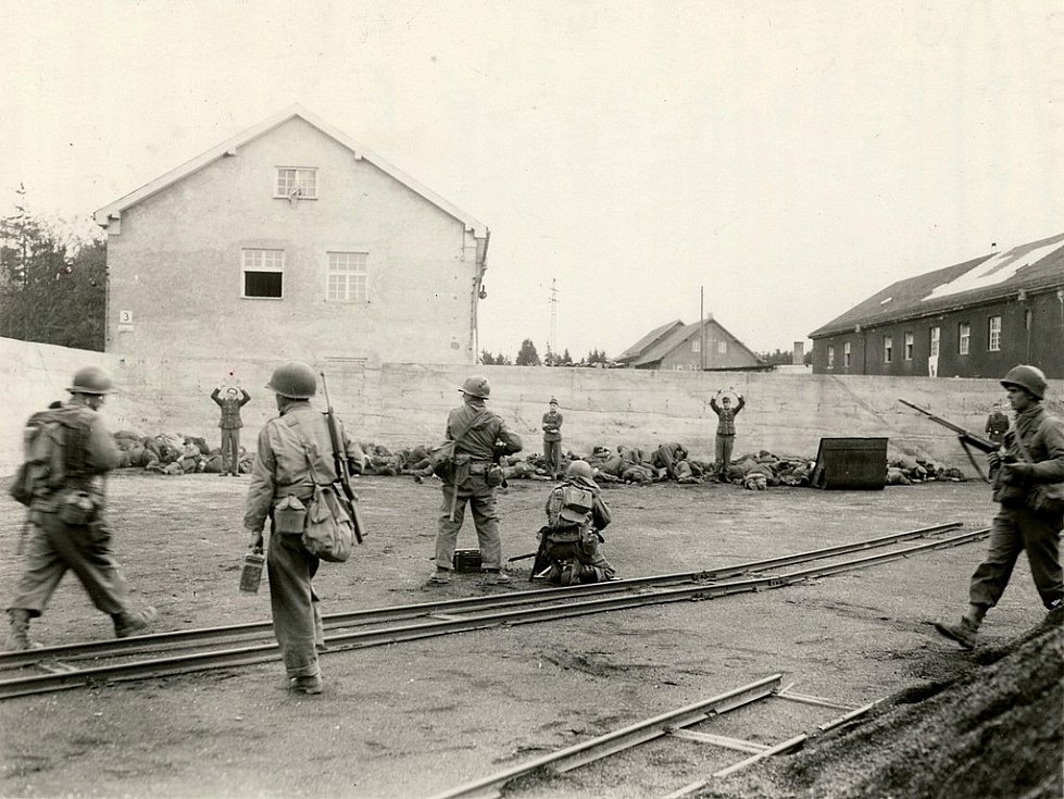 Hromadná poprava příslušníků SS u zdi, provedená příslušníky americké 45. pěší divize po osvobození koncentračního tábora Dachau