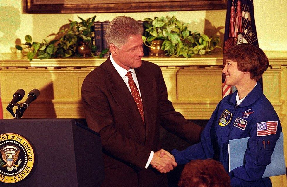Pilotka a astronautka Eileen Collinsová se stala první pilotkou raketoplánu v dějinách. Na snímku je s prezidentem Billem Clintonem v roce 1998.