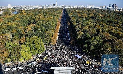 Fotografie z berlínské demonstrace proti krajně pravicovému populismu, uspořádané v říjnu 2018