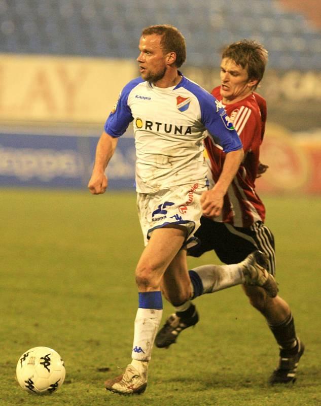 Pavol Straka v dresu Viktorie Žižkov (v červeno-bílem) v souboji s Danielem Tchuřem z ostravského Baníku (Sezona 2008/2009)