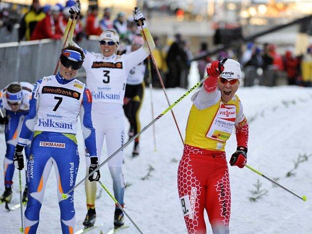 Slovinka Majdičová se raduje z vítězství, za ní zklamaná Finka Saarinenová a radující se domácí Švédka Olssonová.