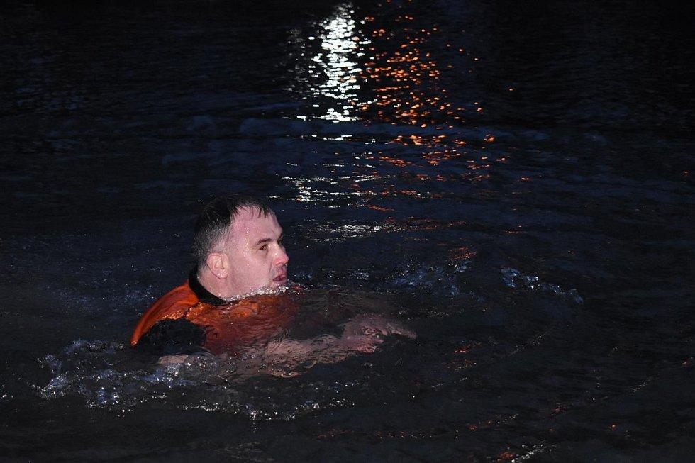 Otužilec Pavel Poljanský si kvůli pandemii musel v Kobylím rybníce v Bruntálu zaplavat sám. Bez podpory diváků i bez odolných spoluplavců.