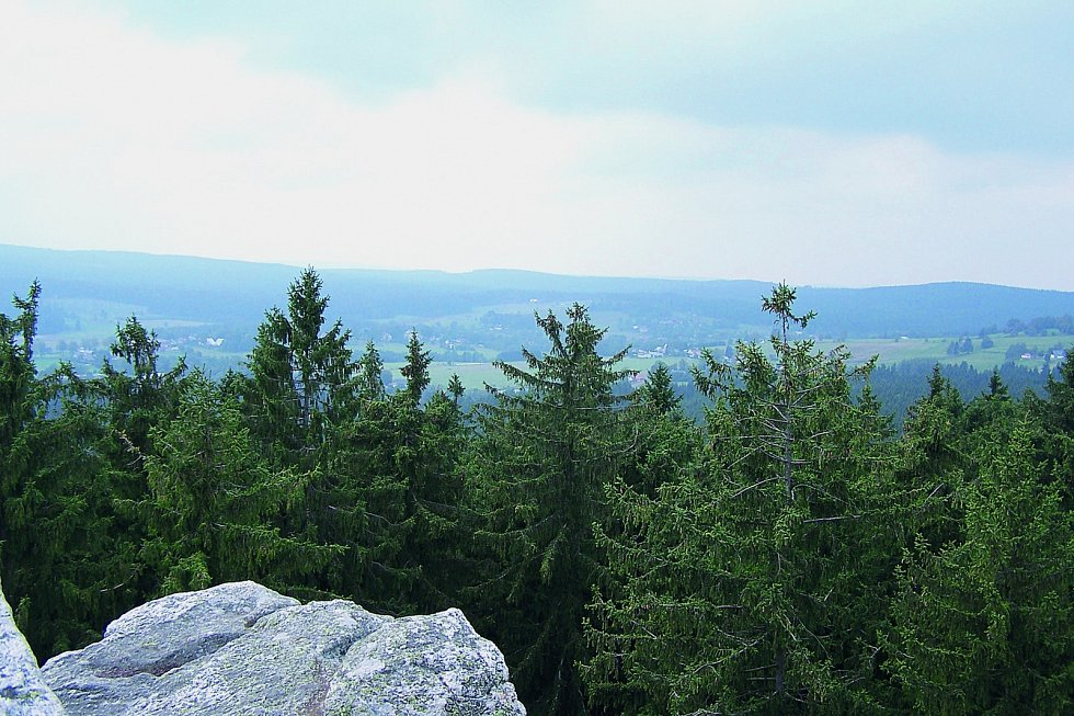 Čtyři palice: Skalní útvar snejvyšším bodem ve výšce 730 metrů nad mořem se nachází ve stejnojmenné přírodní rezervaci. Najdete ji nedaleko vesnice České Milovy.