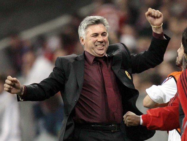 Carlo Ancelotti slaví postup AC Milán do semifinále Ligy mistrů.