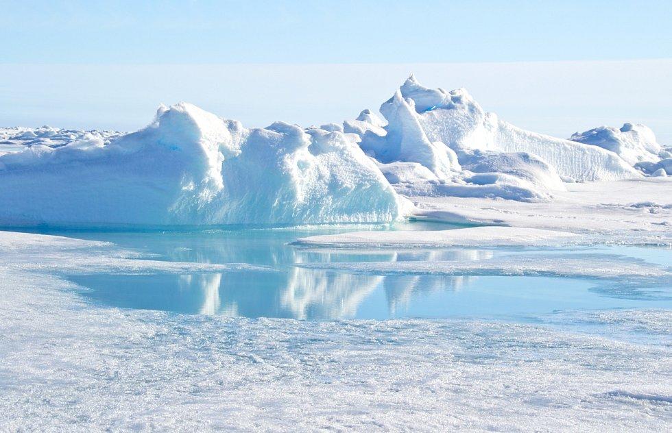 Tlakový hřeben a voda z taveniny na severním pólu.