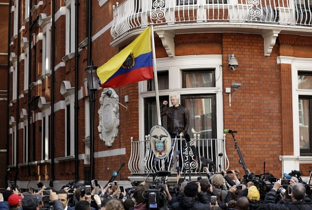 Julian Assange na ekvádorské ambasádě v londýnském Knightsbridge.