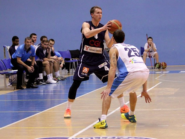 Basketbalisté Prostějova (v bílém) proti Děčínu.