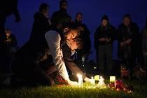Lidé zapalují svíčky u kostela v Leigh-on-Sea na východ od Londýna, kde byl smrtelně pobodán britský konzervativní poslanec David Amess