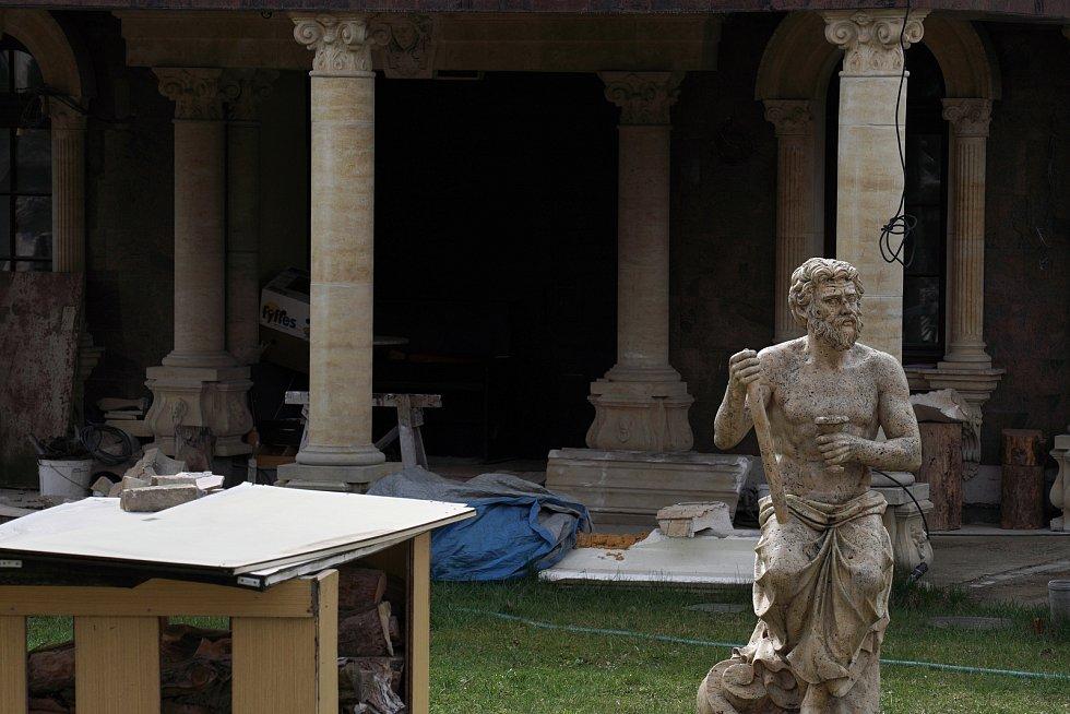 Bizarní nedostavěná rezidence se sochami antických bohů na trávníku, zdobenou kašnou a římsami. Majitel ji po finančních potížích marně prodával již dřív za více než sto milionů. Jen větší koupelna o velikostech bytu s růžovohnědým italským mramorem měla