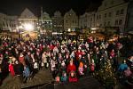 Na náměstí Svornosti zpívaly koledy stovky lidí. Foto: Petr Skřivánek