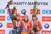 Biatlonistka Gabriela Soukalová (vlevo) zakončila sezonu SP stříbrem v závodu s hromadným startem. Nestačila pouze na  Lauru Dahlmeierovou (uprostřed), třetí skončila Marie Dorinová-Habertová.