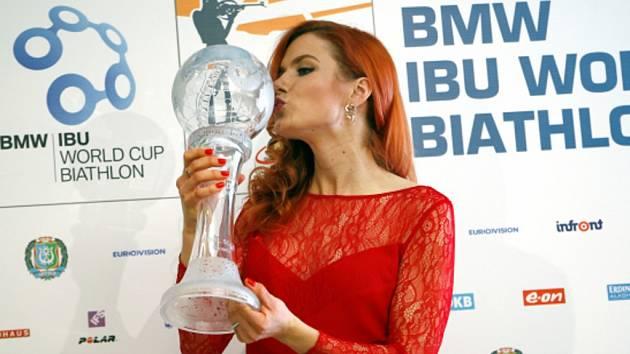 Gabriela Soukalová s velkým křišťálovým glóbem pro vítězku Světového poháru.
