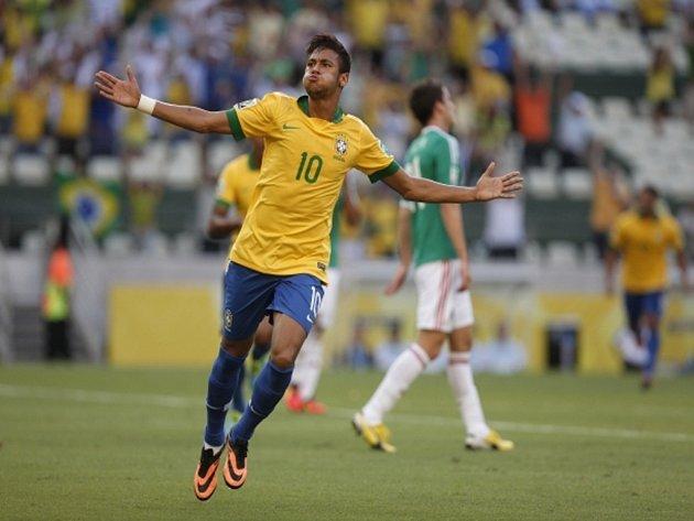 Střelec Brazílie Neymar se raduje z gólu proti Mexiku na Poháru FIFA.