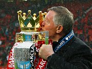 Trenér Manchesteru United Alex Ferguson s trofejí pro šampiony Premier League.