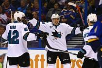 Tomáš Hertl (uprostřed) se raduje z gólu na ledě St. Louis Blues. Tým San Jose si nakonec odvezl výhru 6:3.
