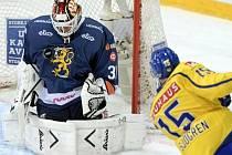Brankář Juha Metsola kryje střelu Švédska.
