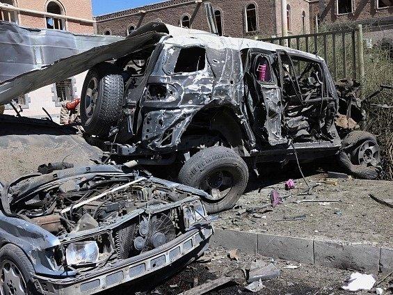 Výbuchem poničená auta před jemenským ministerstvem obrany.