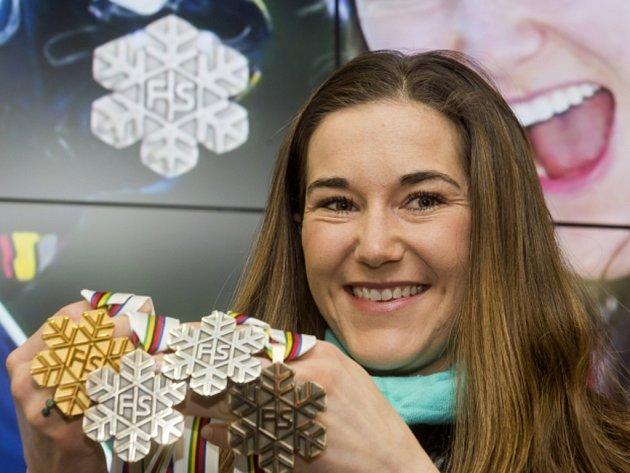 Šárka Strachová se všemi svými medailemi z MS.