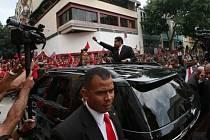 Nově zvolený prezident Maduro se zdraví se svými příznivci