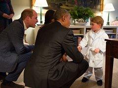 Zleva princ William, Barack Obama a malý princ George.