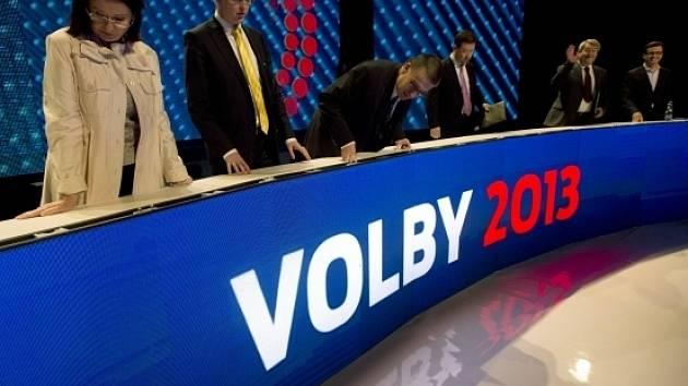 Lídři politických stran  před začátkem předvolební debaty České televize 24. října v Praze.
