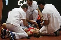Denisa Rosolová měla po kolizi se soupeřkami tvrdý pád a z haly byla odnesena na nosítkách.