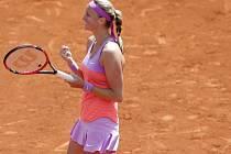 Petra Kvitová se raduje z postupu do osmifinále French Open.