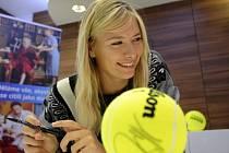 Maria Šarapovová navštívila před exhibičním zápasem v Praze nemocné děti.