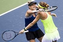 Lucie Šafářová (vpravo) a Bethanie Matteková-Sandsová se radují z titulu na turnaji ve Wu-chanu.