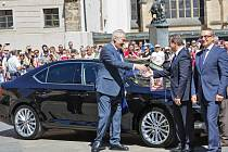 Miloš Zeman prevzal 5. června na III. nádvoří Pražského hradu od zástupců automobilky Škoda Auto nový prezidentský vůz Škoda Superb.